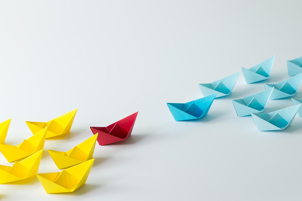 折り紙が二つのグループに分けられていて対立している