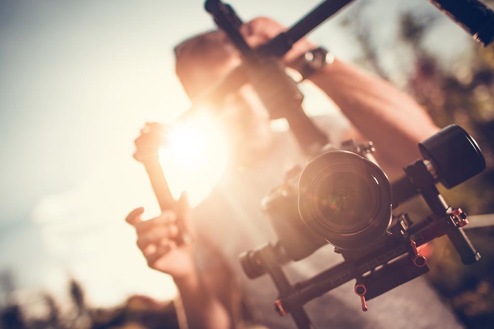 動画を撮影している男性