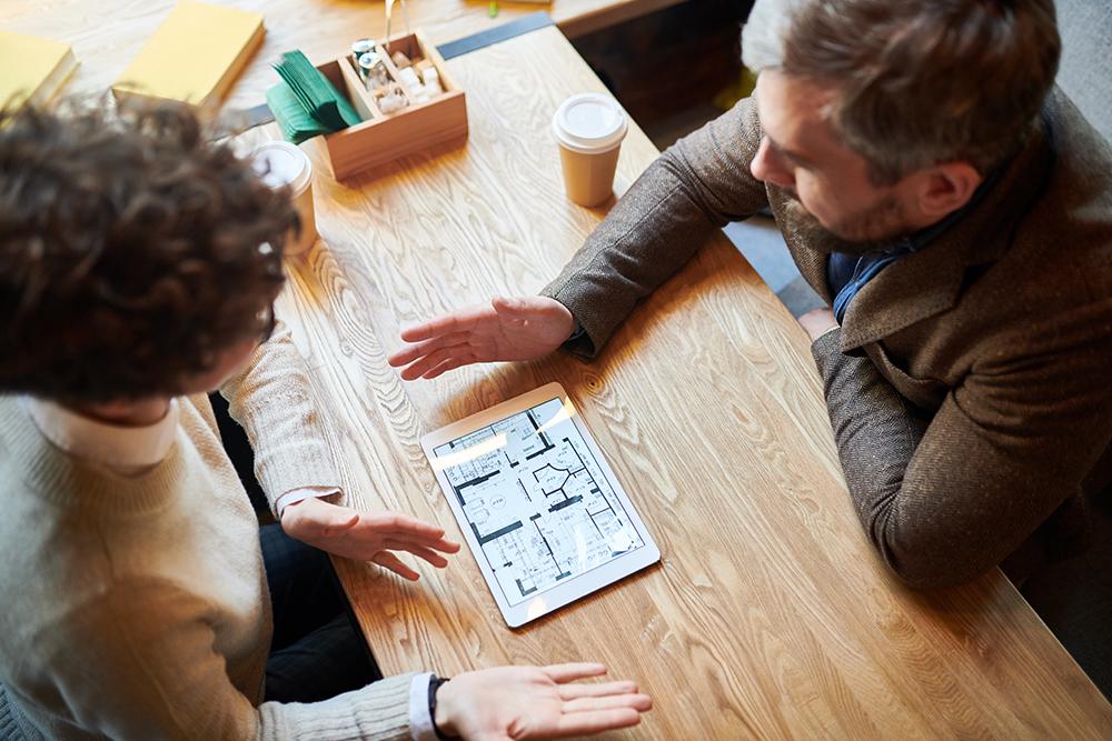 男性と女性が設計を考えている