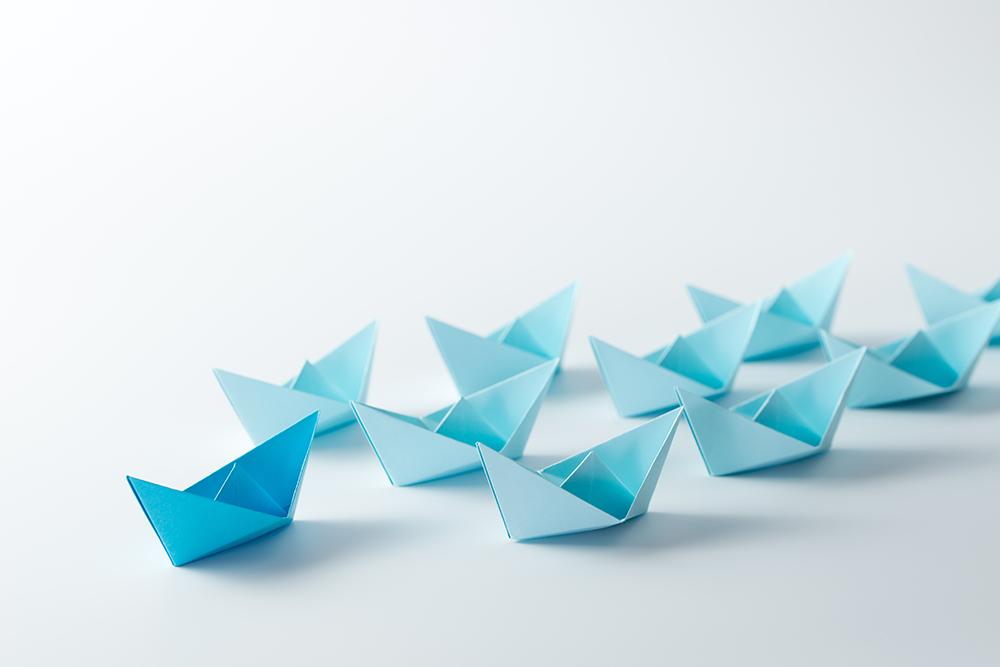 青い折り紙が複数の折り紙を先導している