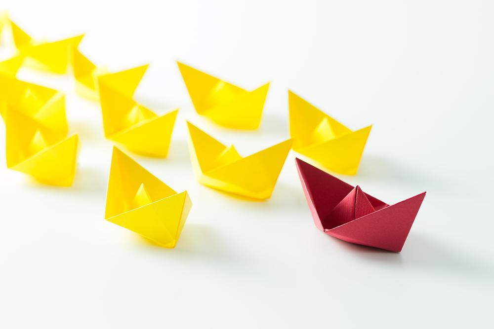 赤い折り紙が複数の黄色い折り紙を先導している