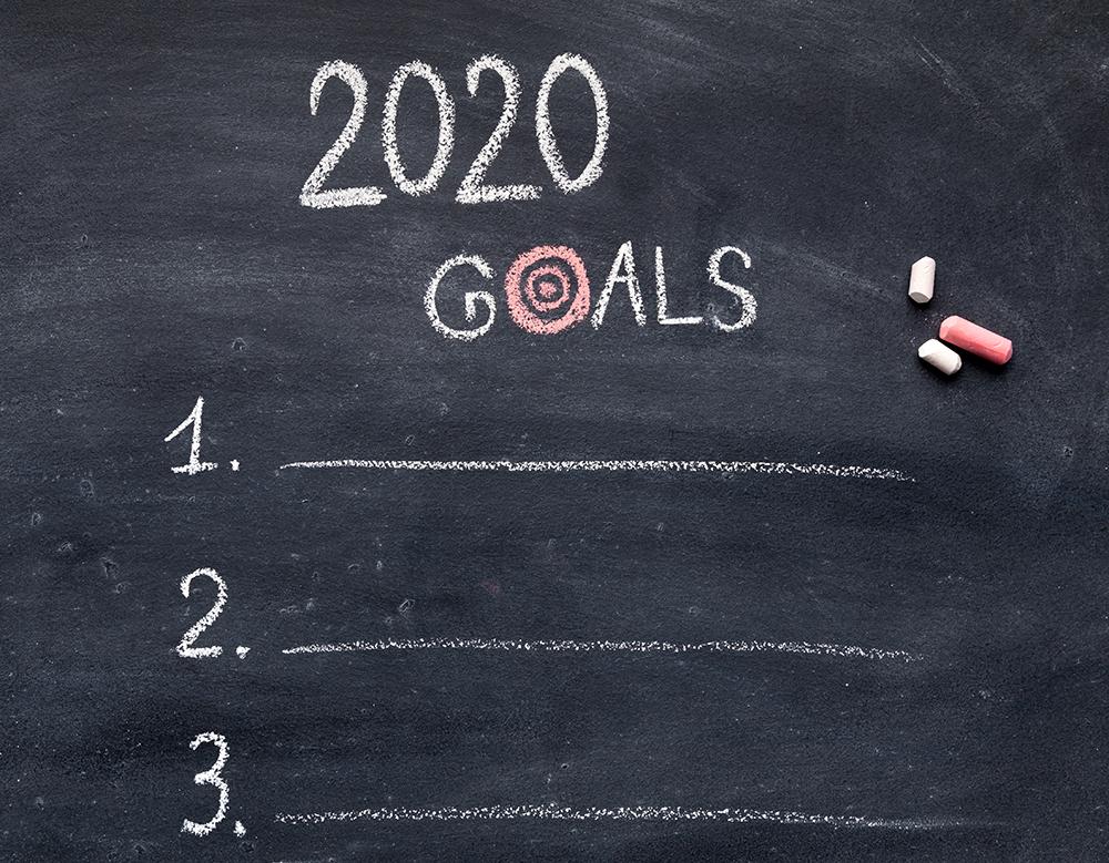 2020年の目標を木版に書いている