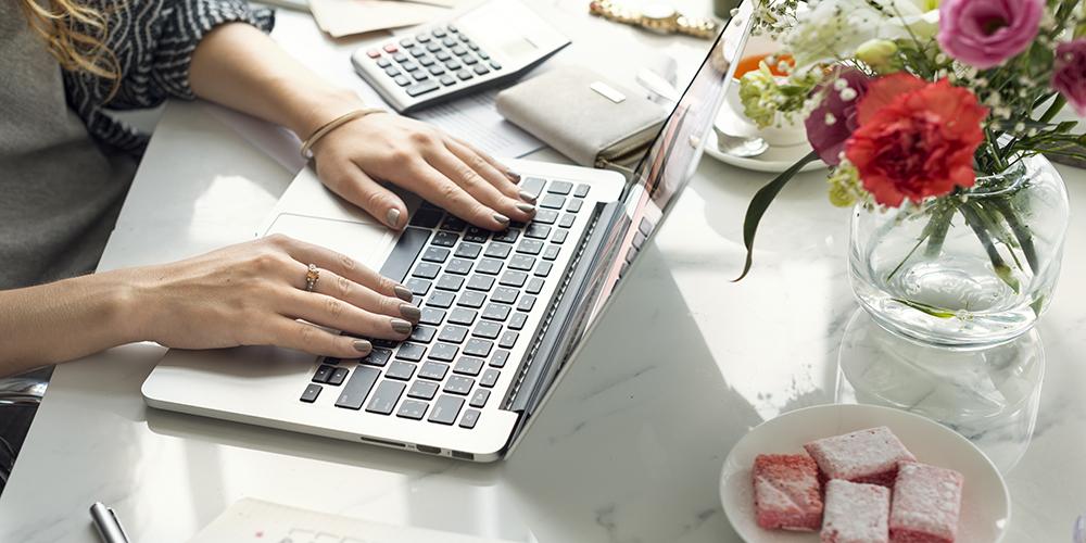 女性がパソコンを使用している