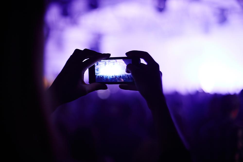 ライブの映像をスマートフォンで撮影している