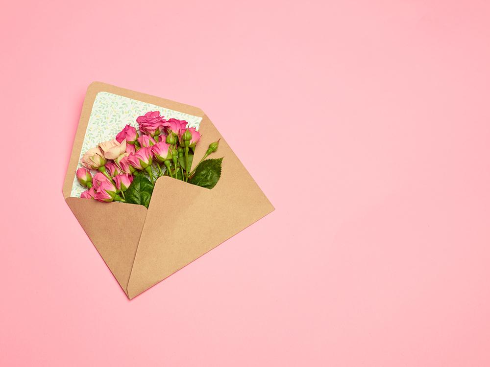 手紙に花束が入れられている